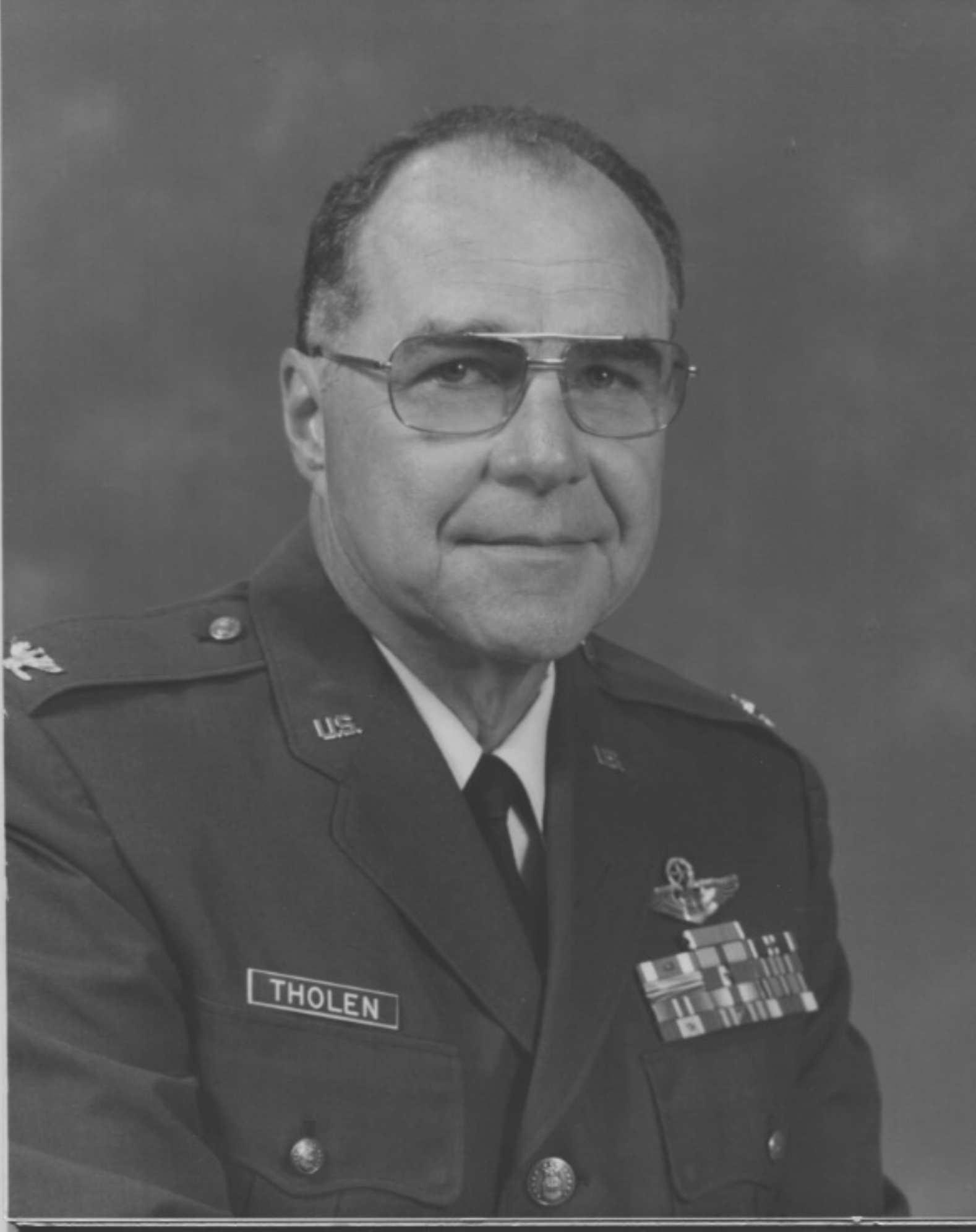 Tholen, Colonel Lloyd Arnold